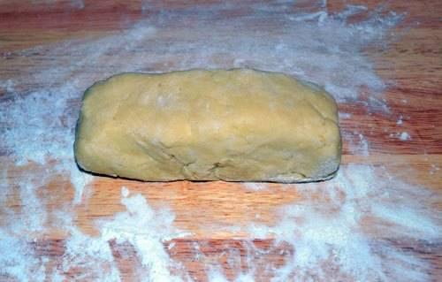 6. При желании можно использовать готовые тарталетки или сделать их самостоятельно. Для этого необходимо соединить около 150 грамм муки и 60 грамм сливочного масла. Тщательно вымешать тесто, добавив щепотку соли.