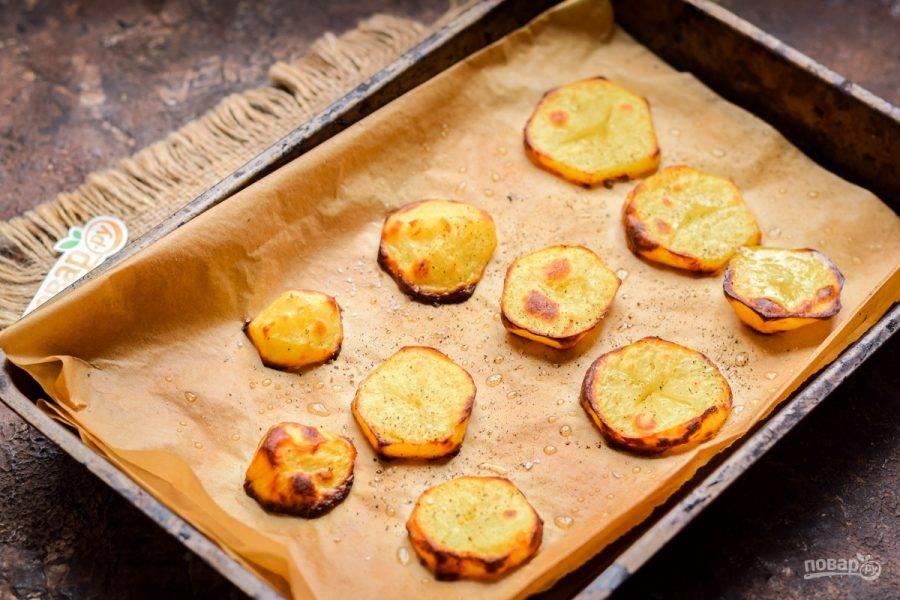 Запеките картофель в духовке при температуре 200 градусов в течение 10-15 минут. Картофель приправьте специями по вкусу.
