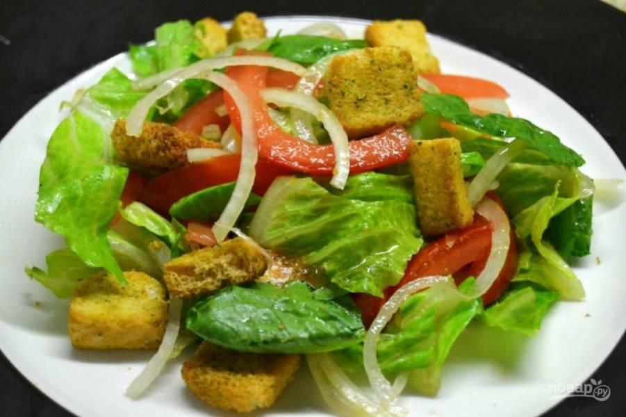 5.Подавайте салатик сразу же после приготовления, украсив его сухариками.