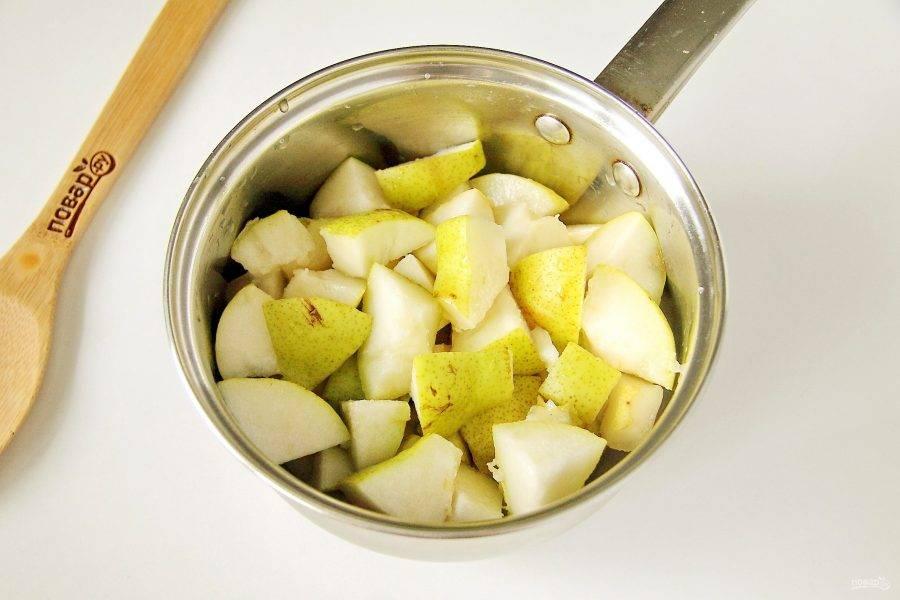 Груши промойте, разрежьте на две части, удалите плодоножку и внутреннюю часть с семенами. Нарежьте груши кусочками среднего размера и сложите в кастрюлю. Вес груш в рецепте указан уже в очищенном виде.