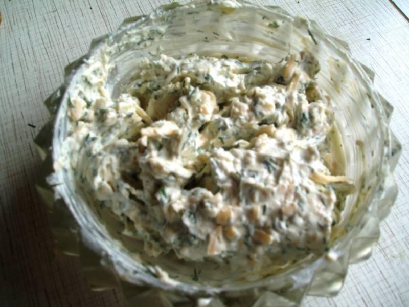 9. Сыр, чеснок и зелень соединить и тщательно перемешать.