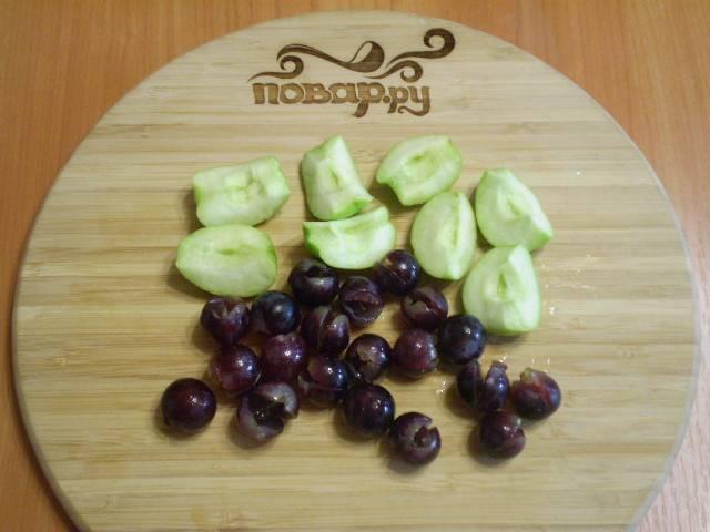 Яблоки режем на части, удаляем семечки. Виноград снимаем с веточки и удаляем косточки.