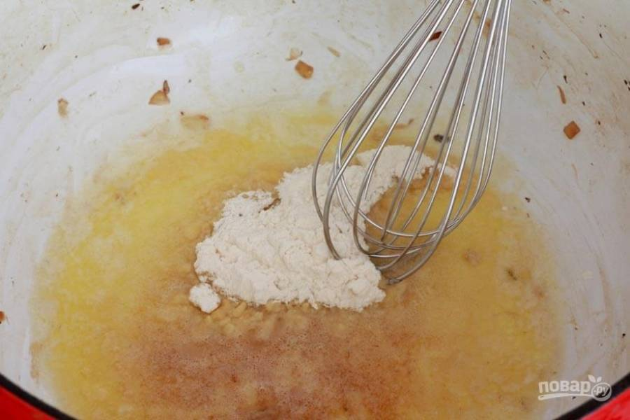 4.Верните кастрюлю на огонь, растопите в ней оставшееся сливочное масло, добавьте муку.