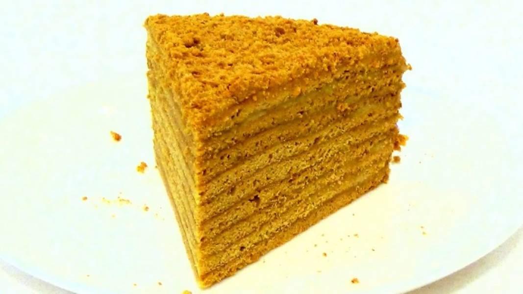 7. Смажьте остывшие коржи, бока и верх торта заварным кремом и посыпьте измельченными обрезками из теста. Поставьте торт в холодильник на 5-6 часов, чтобы он хорошо пропитался. Приятного аппетита!