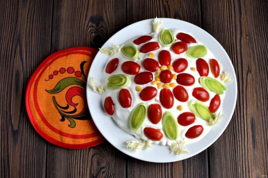 Залейте салат майонезом или сметаной ровным слоем. Украсьте половинками помидоров-черри, зеленью лука-порея, кукурузой. Дайте волю фантазии. Охладите салат в холодильнике в течение часа.