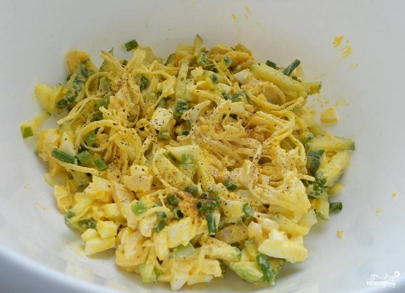 Помойте и нарежьте мелко лук. Добавьте сыр и лук к остальным измельчённым ингредиентам в миску. Всё поперчите и посолите. Перемешайте.