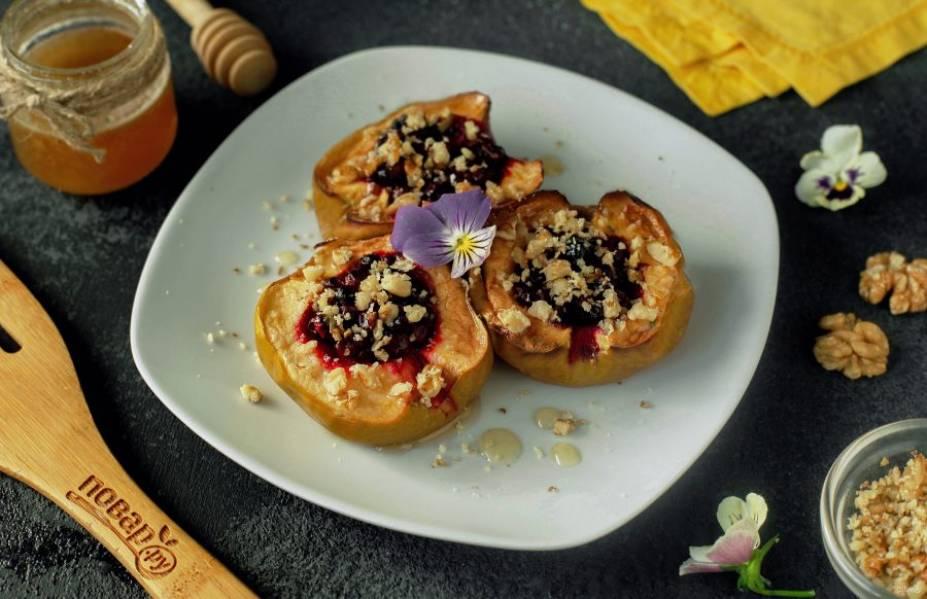 Запеченные яблоки с брусникой готовы. Перед подачей полейте их медом и украсьте по вкусу. Я использовала измельченные грецкие орехи. Приятного аппетита!