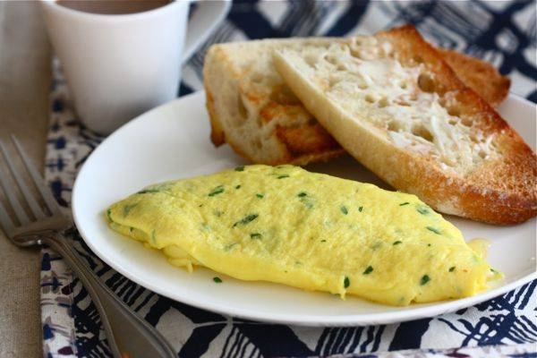 8. Жарьте омлет до готовности. А готов он будет, когда яичная смесь станет плотной. Выложите на тарелку с тостом и подавайте. Приятного аппетита и отличного начала дня!