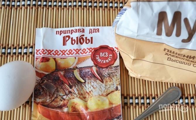 Натрите рыбу солью и приправой для рыбы. Затем разбейте в пиалку сырые яйца, взбейте их вилкой и обмакните в яйца рыбу. Затем опустите куски наваги в муку и обваляйте их в ней.