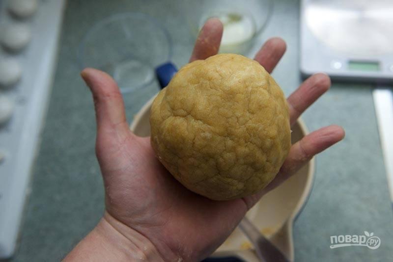 3. Вбейте желтки, добавьте чуть-чуть ледяной воды и замесите тесто. Оберните пищевой пленкой и уберите в холодильник на часик (или на полчаса в морозилку).