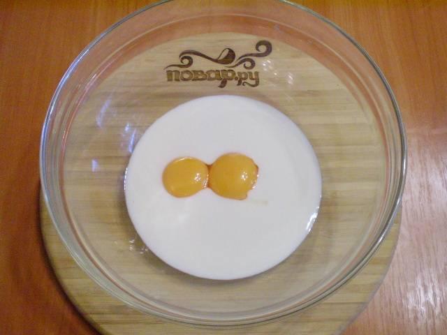 Желтки смешиваем с кефиром и щепоткой соли.