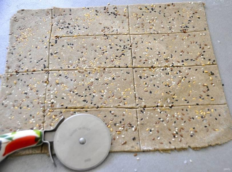 Нарежьте ножом для пиццы на одинаковые  прямоугольники.