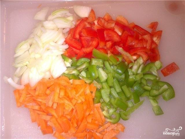 Морковку, перец и лук порежьте среднего размера соломкой.