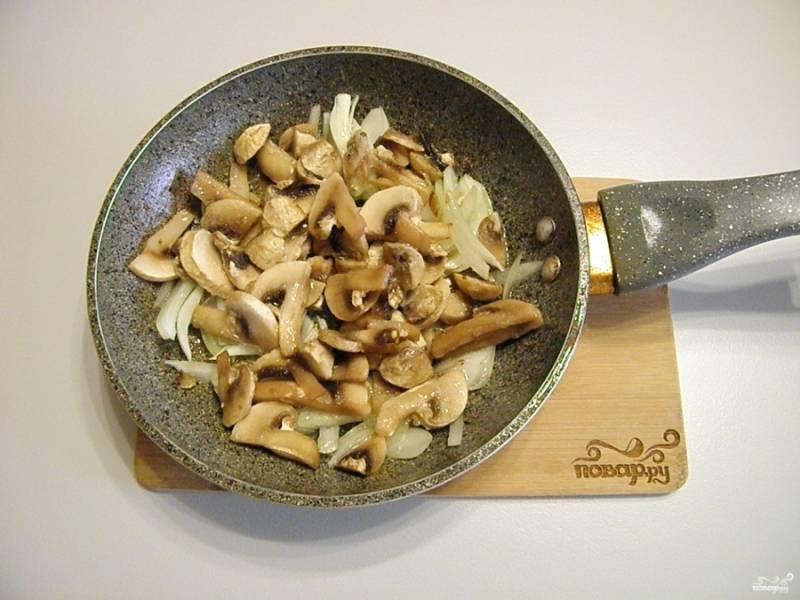 На жире от жарки мяса (плюс 2 ст.л свежего влейте) приготовьте соус. Обжарьте лук и грибы до готовности с солью.
