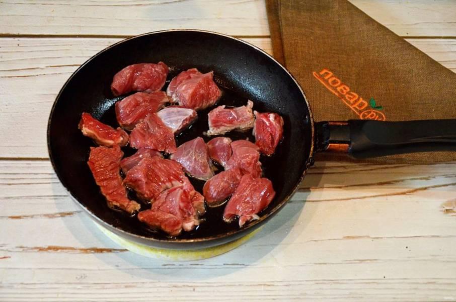 2. На сковороде разогрейте масло, выложите кусочки мяса.