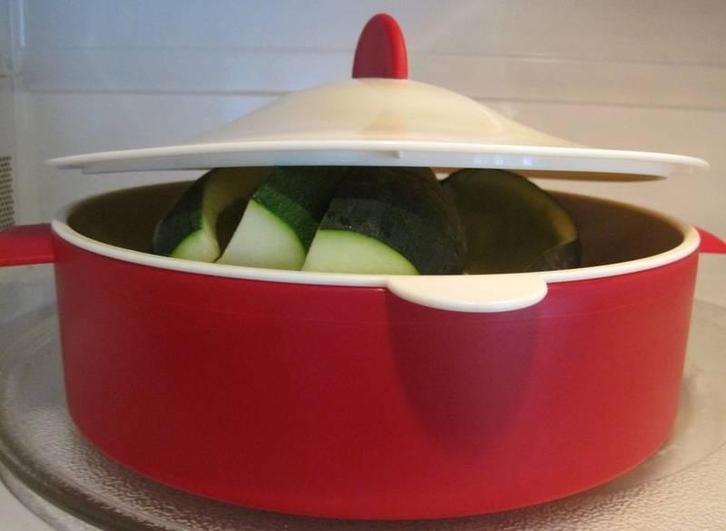Теперь перекладываем кабачки в кастрюлю, заливаем их водой, солим немного и варим около 3-5 минут после закипания жидкости.