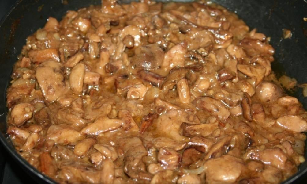 Добавьте на сковороду к луку и чесноку маслята и сушеные грибы. Обжарьте их на среднем огне до испарения жидкости, постоянно помешивая. Это займет где-то 35-40 минут. В самом конце добавьте сметану, тушите еще 5 минут.