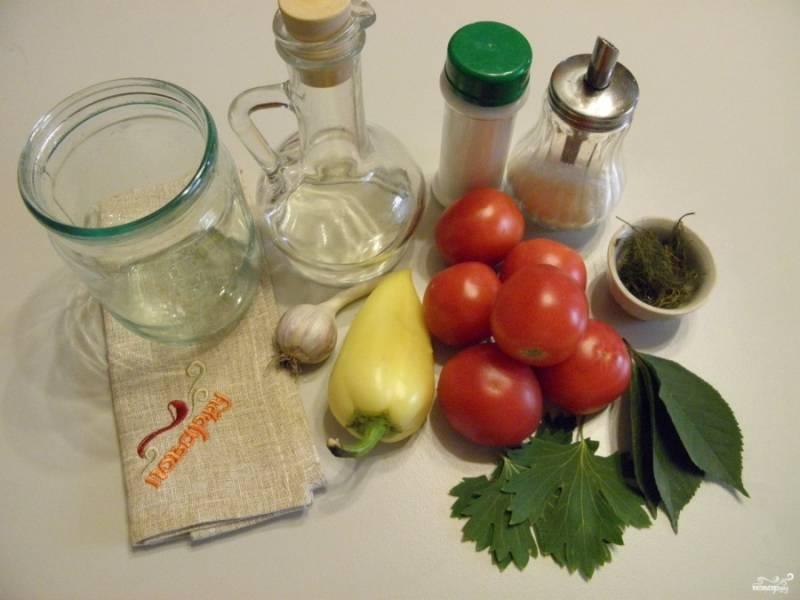 Приготовьте стерильные баночки, крышки, овощи и зелень. Количество помидоров, перца болгарского и чеснока не имеет значения. Сколько вы хотите, столько баночек и наполняйте, главное распределите специи: по три листочка вишни, смородины и несколько веточек свежего или сушеного укропа на одну баночку. Приступим!