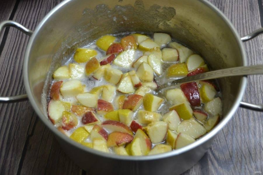 Добавьте в сахарный сироп яблоки, соединяясь с сиропом они быстро дадут сок, нагрейте до кипения.