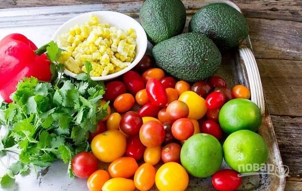 1. Срежьте зерна кукурузы с початков, вымойте и обсушите овощи и зелень, очистите авокадо.