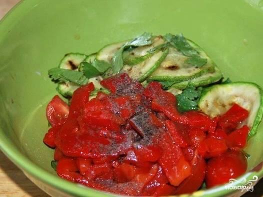 Нарезанный перец перекладываем в миску к овощам, солим, посыпаем перцем и вливаем оливковое масло. Тщательно перемешиваем.