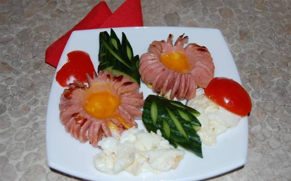 """4. А теперь красиво нарезаем огурец и помидор (как уже фантазии хватит), и по центру выкладываем такие аппетитные """"цветочки""""."""