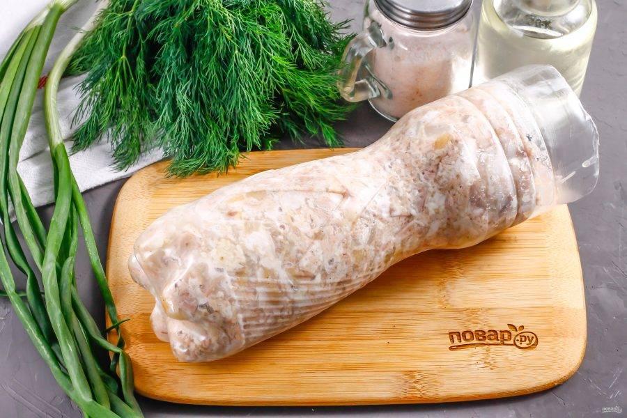 Поместите бутылку в холодильник на ночь, чтобы заготовка загустела. Затем извлеките и аккуратно разрежьте бутылку ножницами, извлекая колбасу.