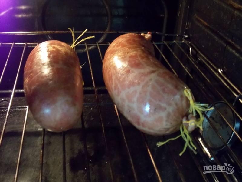 Подвесьте на 8 часов при комнатной температуре. Затем готовьте в духовке на решетке при температуре 80 градусов.