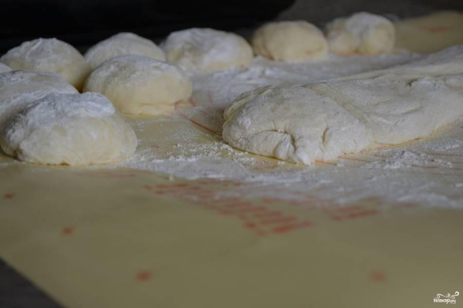 1. Готовому дрожжевому тесту дайте подняться. На посыпанной мукой рабочей поверхности разделайте тесто, сформировав шарики одинакового размера.