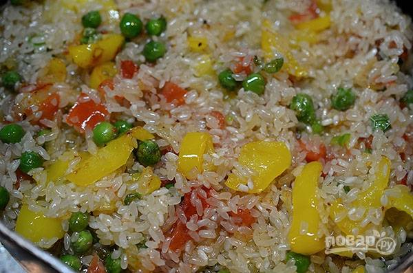 Добавьте рис (рис лучше не промывать, получится вкуснее). Обжаривайте всё около 5 минут.
