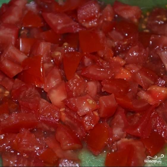 Мелко нарезаем помидоры.