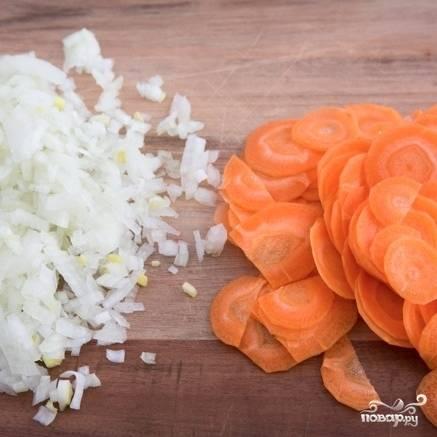 Морковь и лук чистим, морковь нарезаем тонкими колечками, лук - мелко.