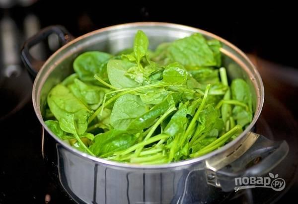 3. Вымойте, обсушите и выложите в кастрюлю шпинат.