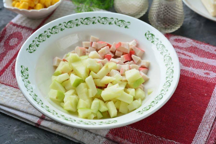 Нарежьте кубиками зеленое яблоко и добавьте в салат.  Именно зеленое яблоко имеет приятную кислинку, что придает салату оригинальную нотку.