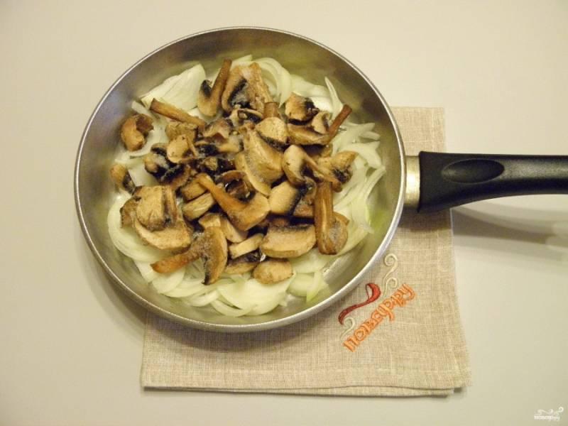 На растительном масле обжарьте грибы с луком и солью до готовности.