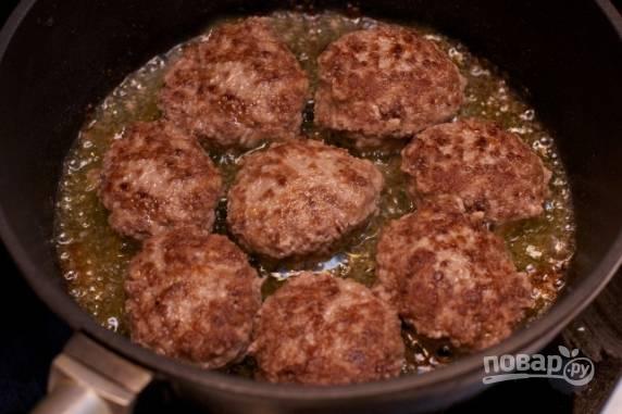 Хорошо разогреваем сковороду с растительным маслом, обжариваем котлеты с обеих сторон до румяной корочки.