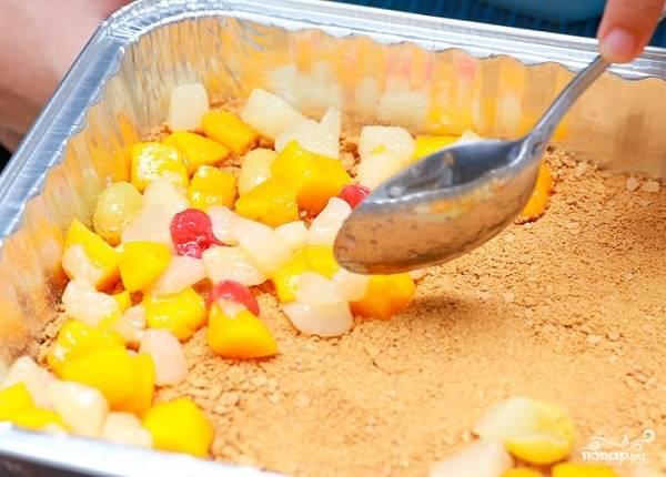 4. Распределите по коржу ровным слоем. Свежие фрукты и ягоды можете нарезать небольшими кусочками.