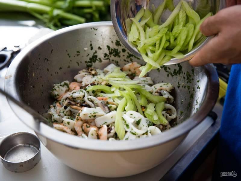 Все перемешиваем. Огурец чистим и трем на терке для корейской морковки (тонкими полосками), добавляем в салат.