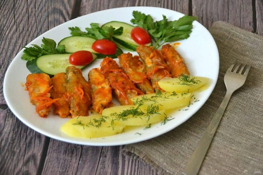 Перед подачей дайте корюшке настояться 30-40 минут, подавайте с овощами и зеленью. В такой томатной заливке корюшка хороша в любом виде: в горячем и в холодном. Советую приготовить!