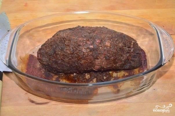 4. Разогрейте духовку, отправьте туда форму с мясом. Запекается свинина в духовке со специями в домашних условиях на среднем огне около 1-1.5 часов. Мясо получится очень сочным, нежным и невероятно вкусным.