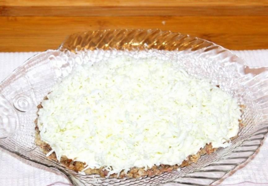 3. Посыпаем натертым яичным белком и не забываем промазывать майонезом. Нашинкованный мелко лук можно положить вторым слоем (перед яйцами), а можно поверх яиц.