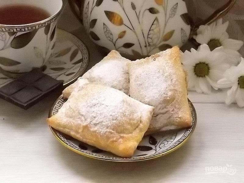 Дайте остыть до теплого состояния, посыпьте сахарной пудрой и подавайте.
