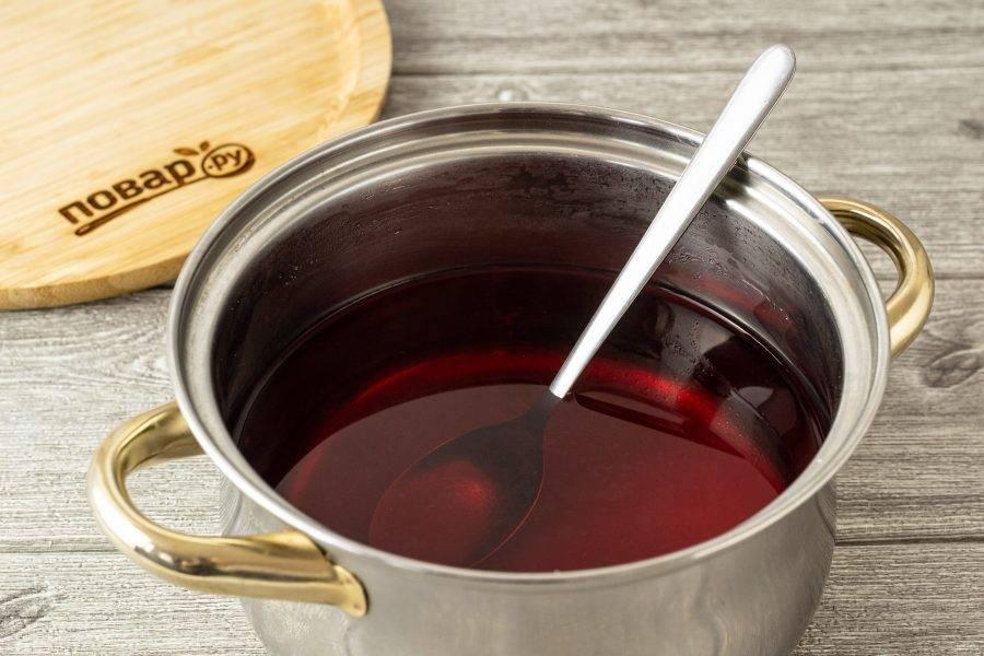 Затем слейте воду в кастрюлю. Добавьте сахар и лимонную кислоту. Доведите до кипения, дождитесь, пока сахар растворится полностью.