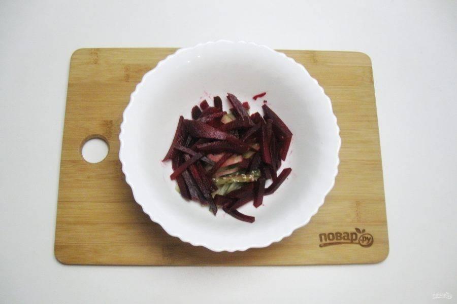 Свеклу сварите до готовности, очистите и охладите, нарежьте соломкой и добавьте в салат.