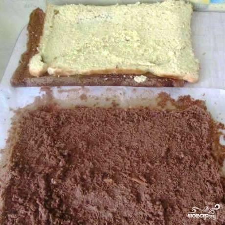 Сперва необходимо приготовить два бисквита для торта. Взбиваем 5 яиц с 1 стаканом сахара, пока масса не увеличится в объеме примерно в 2-3 раза, затем добавляем 1 стакан муки и взбиваем до однородности. Аналогичным образом готовим еще одну массу, только в нее добавляем какао (один бисквит должен получиться белым, другой - коричневым). Выпекаем бисквиты в форме для запекания, застеленной пергаментом, 30 минут при 180 градусах.
