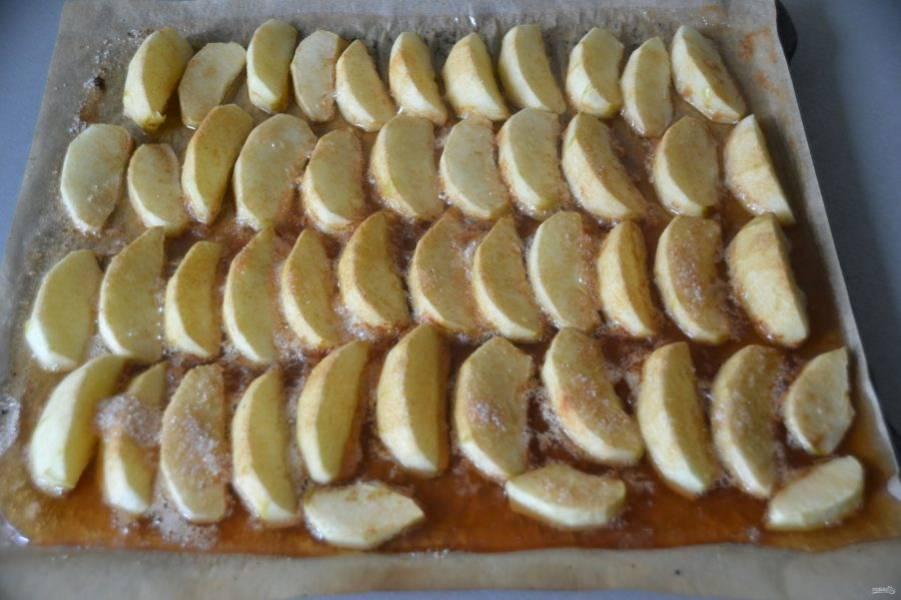 После чего переверните яблочные дольки и отправьте в духовку при минимальном горении еще на 1,5-2 часа, следите за процессом.