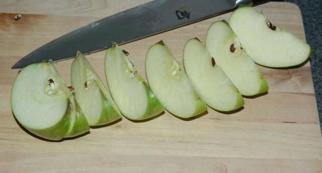 Нарежьте яблоко на 8 долек. Сделайте это, разрезая яблоко от одного полюса к другому и повторяйте с половинки к четверти.