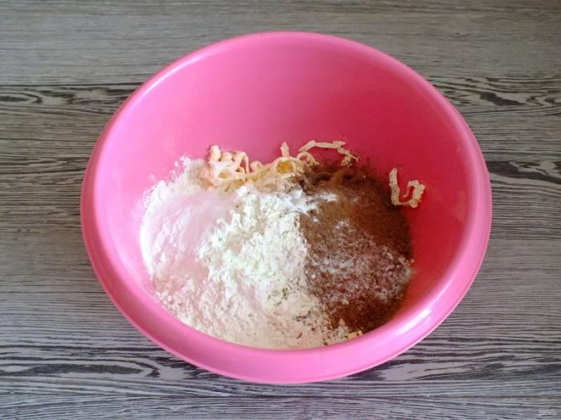 В чашу натрите на крупной терке холодное масло. Добавьте муку, какао, щепотку соли, разрыхлитель для теста и сахар.