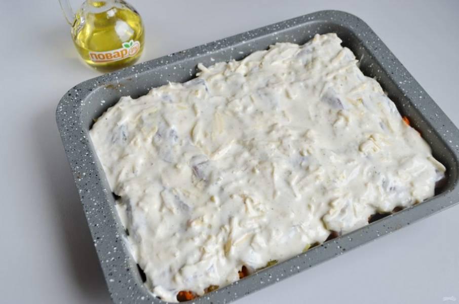 10. Распределите ложкой сырно-сметанный соус, отправьте запеканку в горячую духовку (180-190 градусов) на 35-45 минут. Смотрите по картофелю, сорт имеет значение. Проколите лучиной, если мягко входит, значит все готово.
