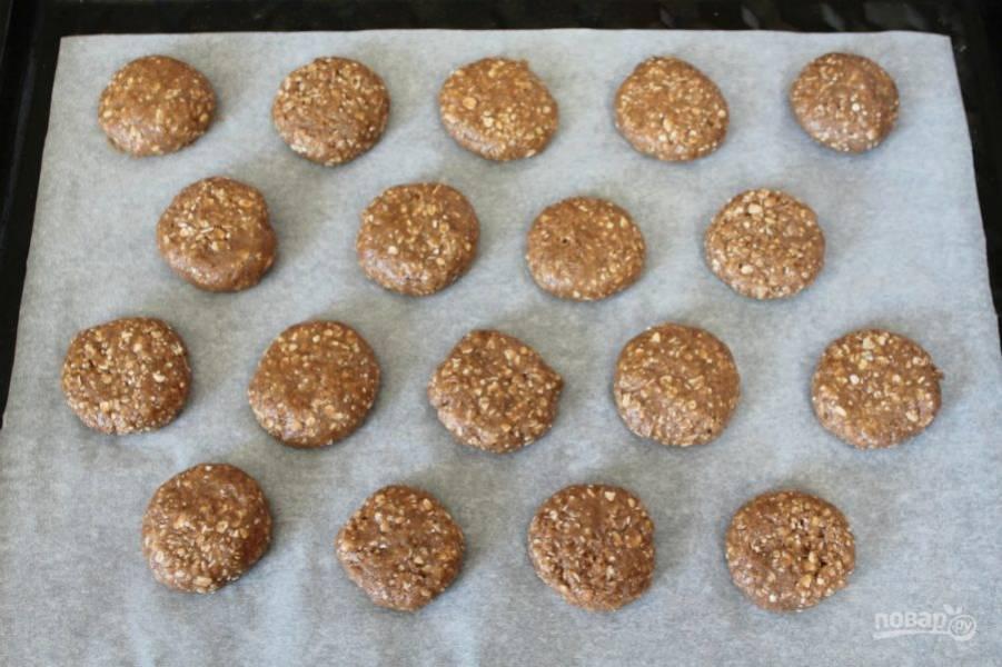 Делаем круглое печенье и выкладываем его на противень, покрытый пекарской бумагой. Выпекаем при температуре 190 градусов около 20 минут.